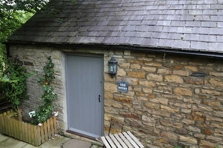 Self contained small stone cottage - House