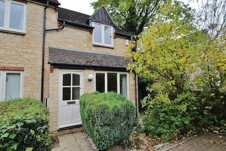 Lovely end of terrace house in Witney - Casa