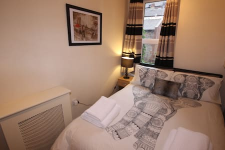 Central 1 Bed Flat - Bars and shops on doorstep - Apartment