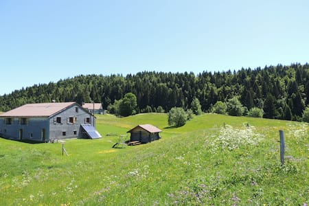 Authentic lodge with Jacuzzi in the Jura Mountains - Hus