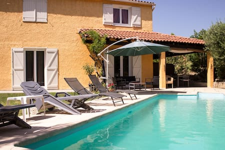 Beautiful room near Aix en Provence - Hus