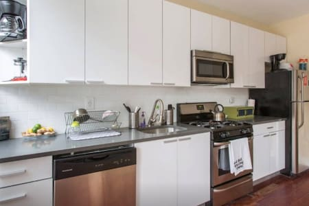 Quiet solo space in beautiful Bushwick townhouse. - New York - Townhouse