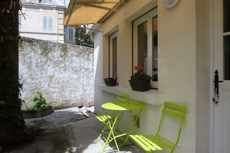 Petite maison avec cour au coeur de la ville - Appartement