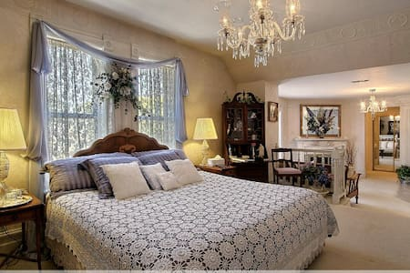 Lavender & Lace Suite @ The Yardley Inn and Spa - Manti