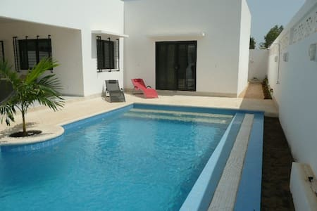 villa Blanche moderne, avec gardien et piscine - Villa