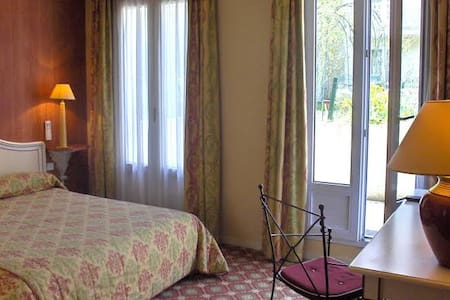 Chambre Familiale, Hôtel**** à 15 min de Paris - Bougival - Bed & Breakfast