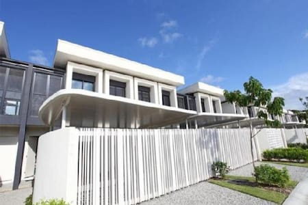 Modern 3 Bedroom House on The Glades Golf Course - Robina