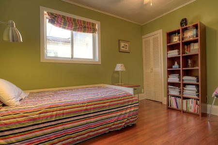 Single bedroom in a semi with lots of books & 3 cats. Shared bathroom, kitchen, back deck overlooking park. Steps away from Queen St. E.'s restaurants & shops. Short walk to the Beach, walking/cycling trails. Easy access to streetcar, bus/subway,DVP.