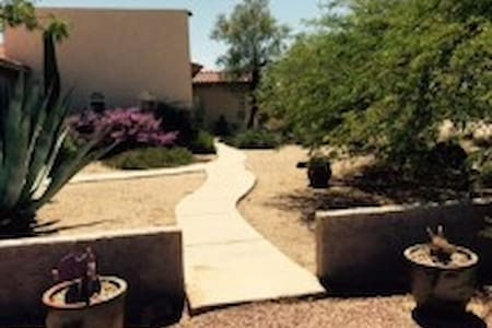Comfy desert rancho for families, pets and horses - Hus