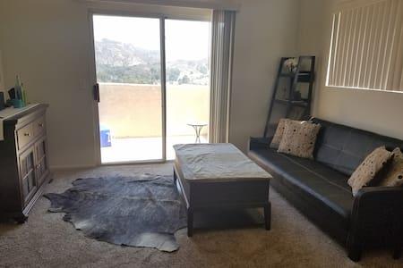 Guest Room W/ Full Bath and an Amazing View - Santa Clarita - Apartment