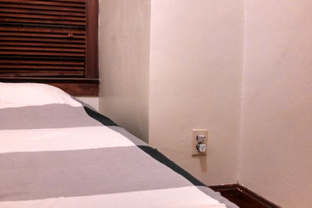 Petite Bedroom Directly Across from Campus - Wohnung