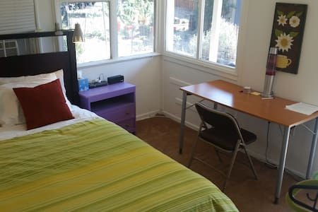 Private backyard room. Queen bed. - Altadena - Hus