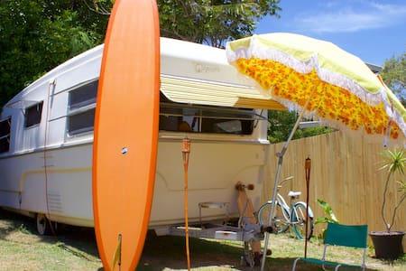 60s Caravan Walk To Moffat Beach - Wohnwagen/Wohnmobil