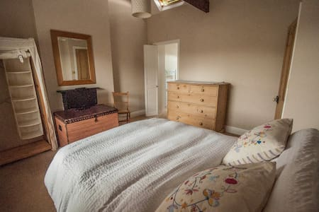 Pretty double room with en suite in family home - Langport - House