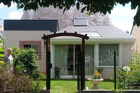 chambre + salle de bain privatives - Chavagne - House