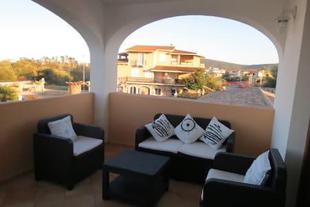 Appartamento con terrazzo vicino alla spiaggia - Budoni
