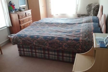 Spacious twin room - Bed & Breakfast