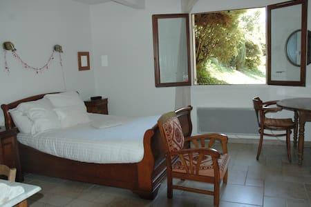Appartement meublé 45m2 dans maison calme+ jardin - Corenc - House