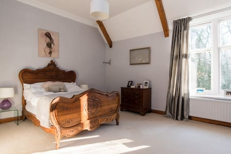 Beautiful rural  Vicarage 1 bedroom - Bed & Breakfast
