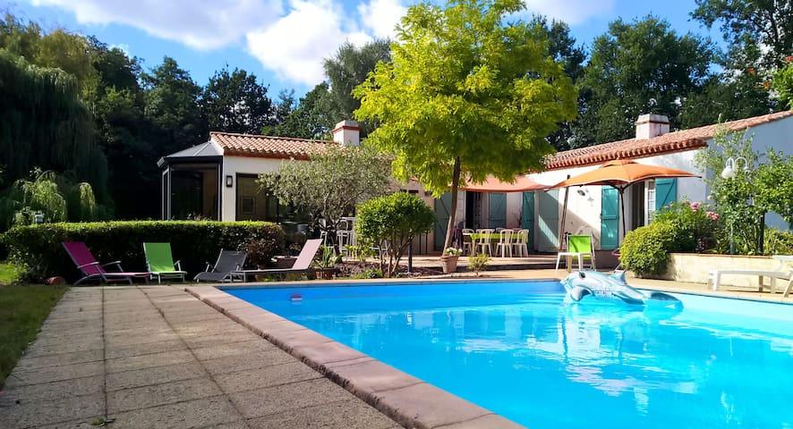Belle maison avec piscine et tennis maisons louer for Piscine challans