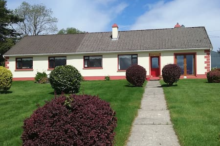 House overlooking Kerry mountains close to town - Huis