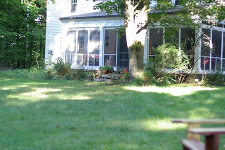 Large Family Retreat.  1760 Farmhouse. - Hopkinton - Bed & Breakfast