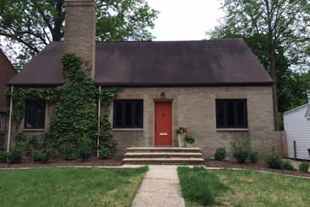 Spacious bungalow minutes from campus and downtown - Champaign - House