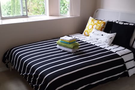 Rooms+ Only 4 stops to downtown+ free breakfast!!! - Vancouver - House