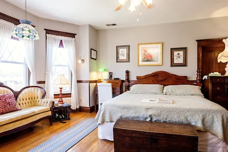 S. Jackson Inn - King Suite - Harrisonburg - Bed & Breakfast