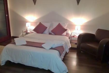 Chambre tout confort avec salle de bain privée - Penzion (B&B)