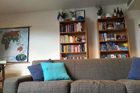 Comfy Bedroom in Spacious Apartment - Collingwood - Apartment