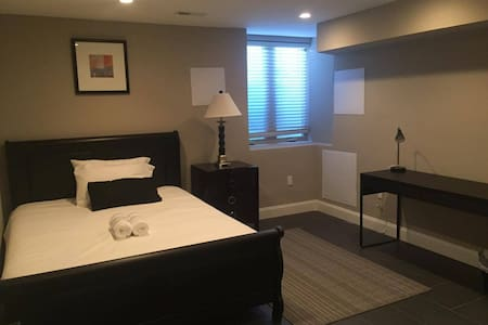 922-1 Chic Room near Center City - Townhouse