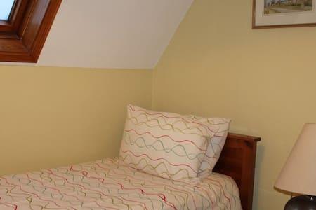 Big Single Bedroom Pretty Village - Rumah