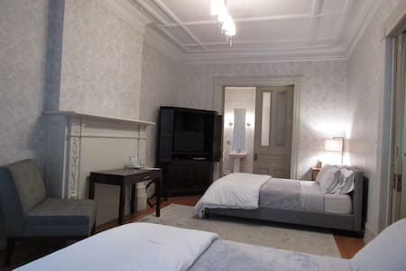 Double Queen Suite at Washington Park w/ PARKING - Albany - Bed & Breakfast