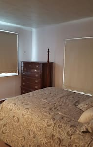 Simple pvt bedroom.  Queen size bed - Rochester - Casa