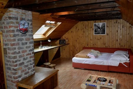 Ruime zolder ingericht als vintage slaapkamer - Ház
