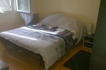 Jolie petite chambre dans environnement calme - House