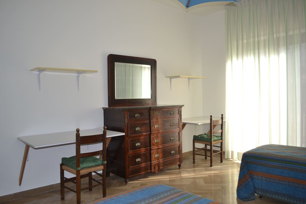 Due scrivanie, due sedie e una cassettiera nella stanza degli ospiti -  two desks , two chairs in the double room for guests