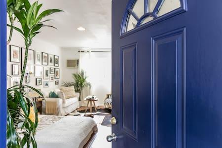 LITTLE BLUE DOOR - Haus