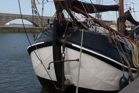 Logeren in een historische Tjalk in Zwartsluis - Hajó