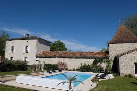 Très belle maison de maître, piscine chauffée - Hus