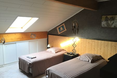 Bedroom with twin beds near Luxembourg - Wikt i opierunek