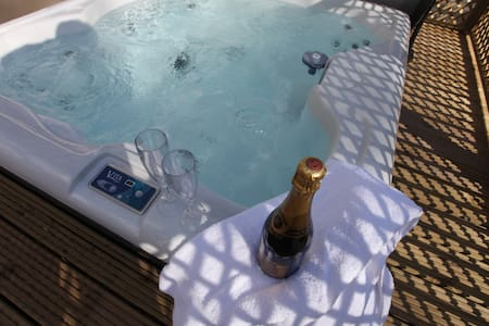 Luxury Lodges with Private Hot Tubs - Wakes Colne