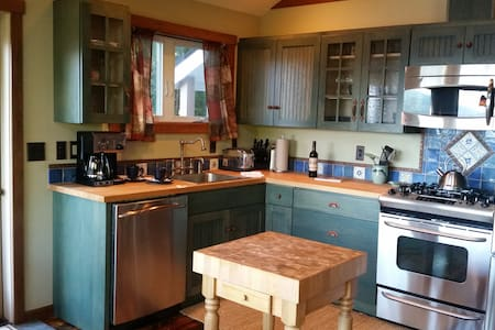 Ocean View Cottage for 2,  Country Like Setting! - Vendégház