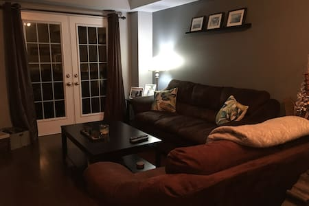 Cozy private room with parking! - Oakville - Casa a schiera