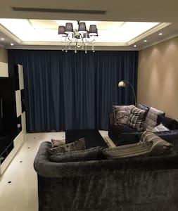 140平米现代简约风格3室2厅2卫,精心挑选的名牌家具家电以及舒适的家居饰品,24小时热水,专业保洁 - Lejlighed