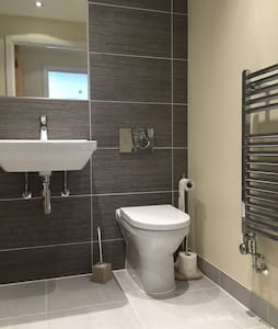 Bright double room in beautiful flat near station - Dunton Green - Lejlighed