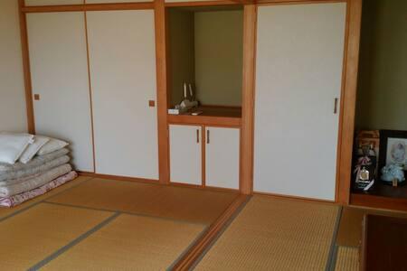 ウッドデッキとお庭 広々12畳 2世帯1階部分貸切! 竹富島も見えます - 石垣市 - Haus