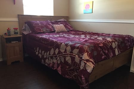 Cozy rooms to rest at between adventures in Denton - Denton - Maison