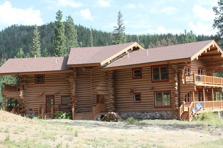 Centrally Located Log Home - Huis